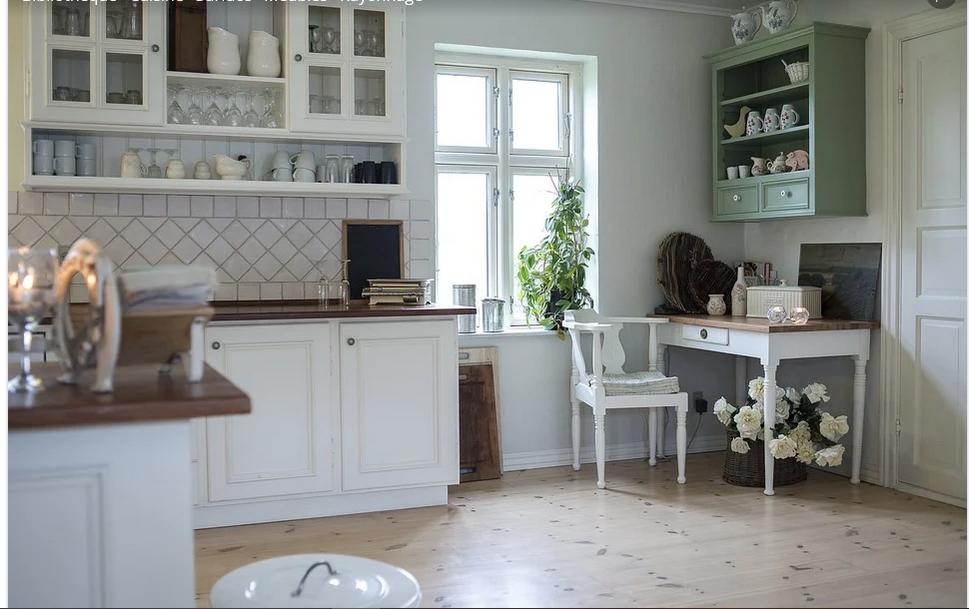 Décoration utile de cuisine: la table en inox